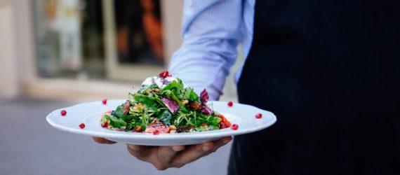 Græsk mad serveres på Skiathos