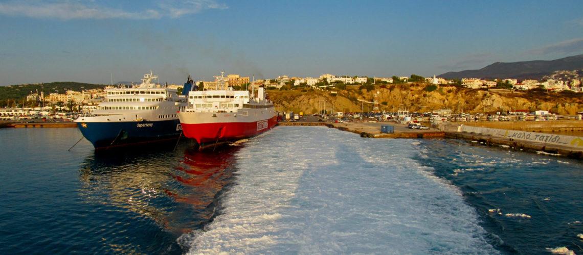 To færger i havnen i Rafina